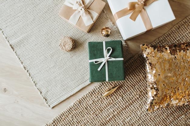 Caixas de presente de ano novo de natal com arcos. conceito de embalagem de presentes de férias de inverno