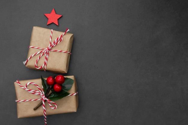 Caixas de presente de artesanato. fundo de natal com espaço de cópia. férias de inverno.