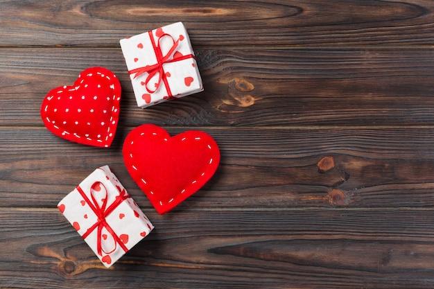 Caixas de presente de dia dos namorados e corações feitos à mão, vista superior