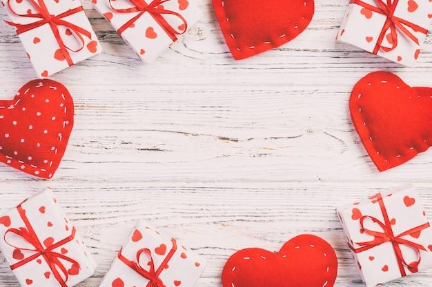 Caixas de presente de dia dos namorados em fundo de madeira, copyspace