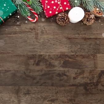 Caixas de presente de feriado de natal com itens de decoração no fundo da mesa de madeira marrom escuro