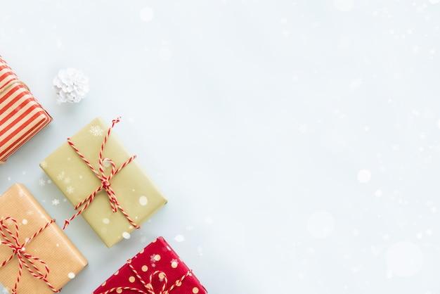 Caixas de presente de feriado de natal e ano novo sobre fundo azul claro, design de fronteira