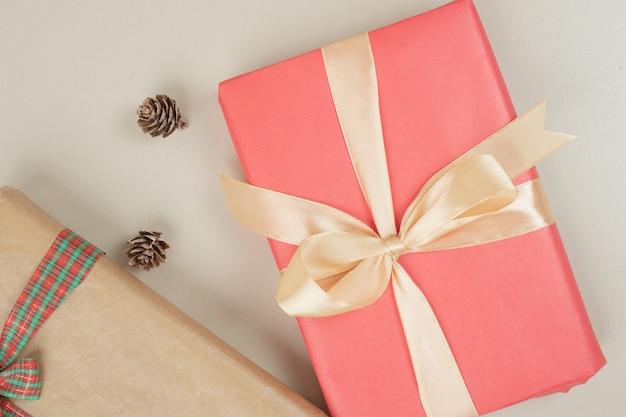Caixas de presente de natal amarradas com fita