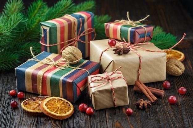 Caixas de presente de natal com decoração