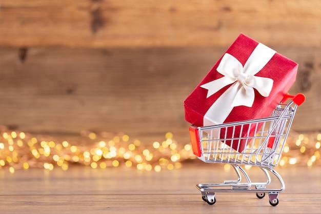 Caixas de presente de natal com fitas em um carrinho de compras