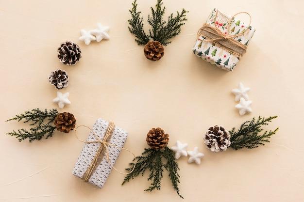 Caixas de presente de natal com galhos na mesa