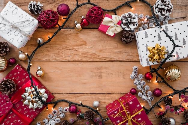 Caixas de presente de natal com guirlanda na mesa
