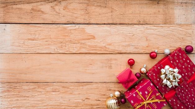 Caixas de presente de natal com pequenas bugigangas brilhantes