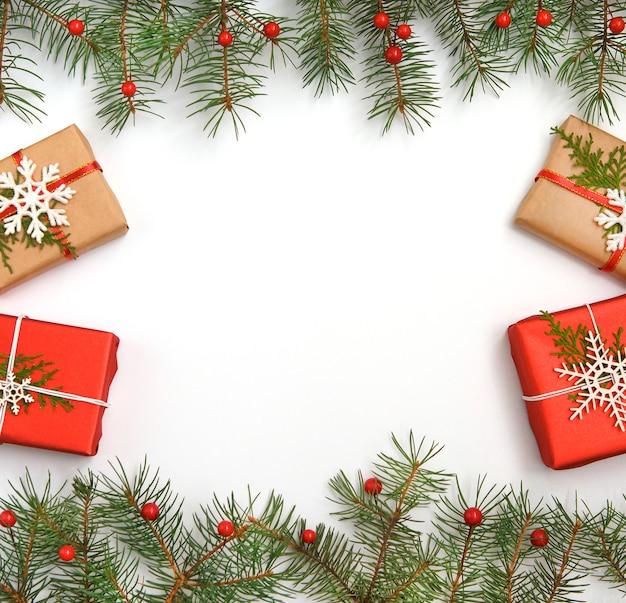 Caixas de presente de natal decoradas com papel ofício e flocos de neve brancos