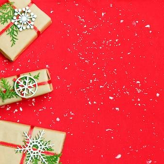 Caixas de presente de natal decorados e flocos de neve brancos