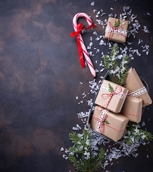 Caixas de presente de natal e bastão de doces.