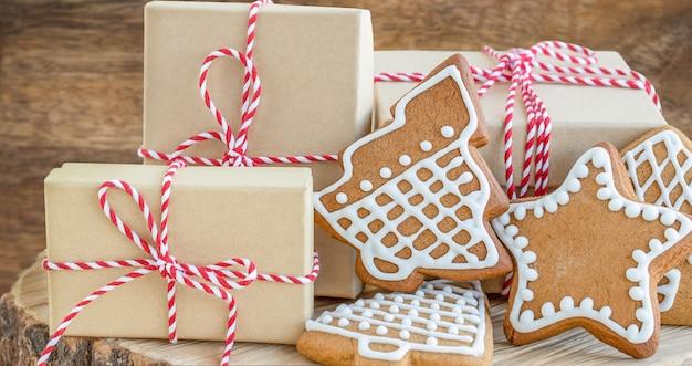 Caixas de presente de natal e biscoitos de gengibre