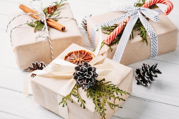 Caixas de presente de natal e decorações em um branco de madeira