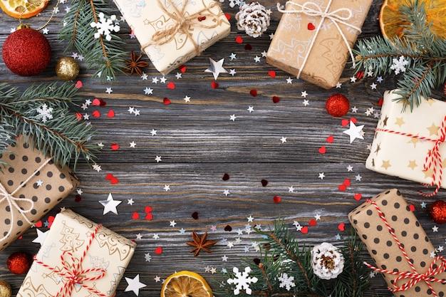Caixas de presente de natal e decorações na mesa, quadro festivo.