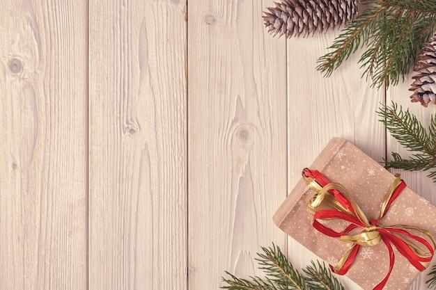 Caixas de presente de natal e galhos de pinheiros