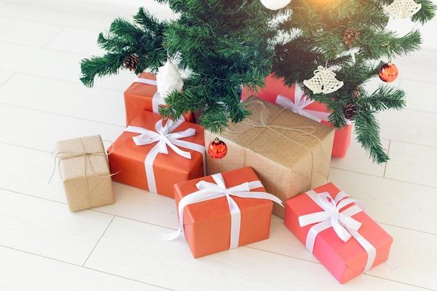 Caixas de presente de natal e pinheiro, vista superior.