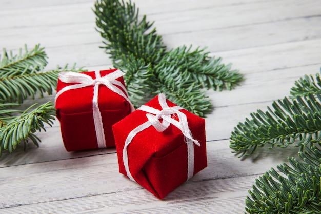 Caixas de presente de natal e ramos de abeto em um fundo de madeira