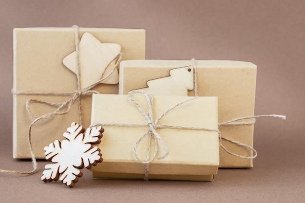 Caixas de presente de natal ecológicas com floco de neve em fundo marrom