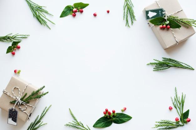 Caixas de presente de natal em fundo branco com espaço de design