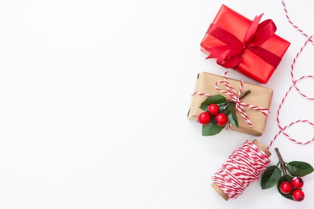Caixas de presente de natal embrulhadas em papel ofício, sobre fundo branco. copie o espaço.