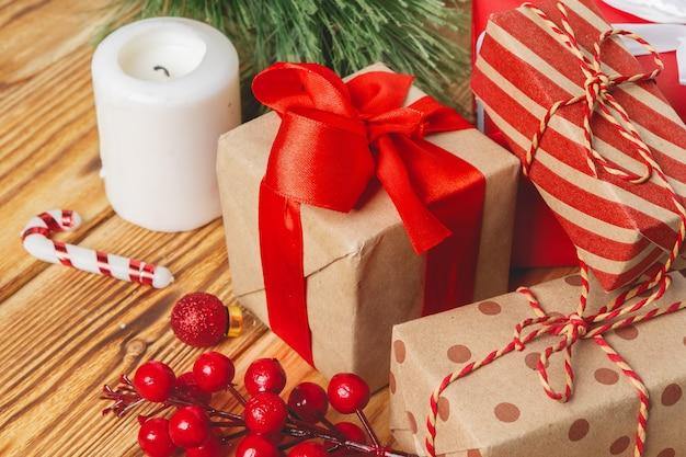 Caixas de presente de natal embrulhado com fitas na mesa