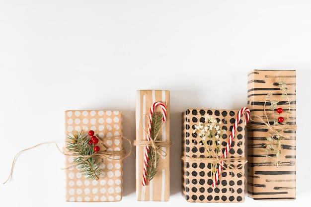 Caixas de presente de natal na mesa de luz