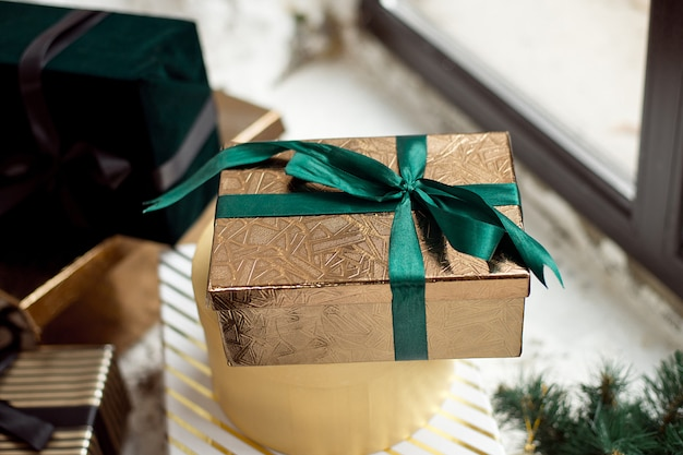 Caixas de presente de natal na sala de estar