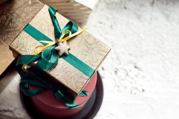Caixas de presente de natal no peitoril da janela, perto de uma janela panorâmica