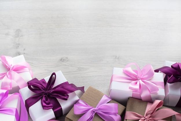 Caixas de presente decoradas com fita de cetim.