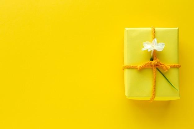 Caixas de presente decoradas em amarelo