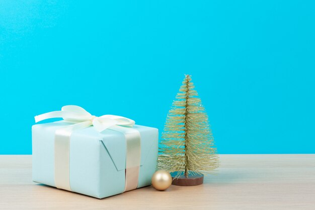 Caixas de presente decoradas na superfície azul