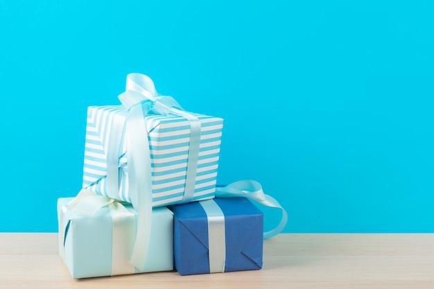 Caixas de presente decoradas sobre fundo azul claro