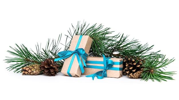 Caixas de presente e agulhas de pinheiro com cones em um fundo branco e isolado. decorações de natal.