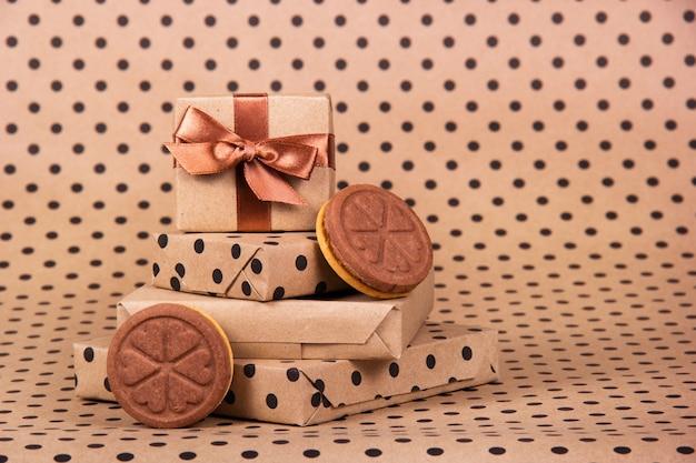 Caixas de presente e biscoitos de chocolate