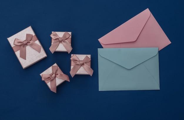 Caixas de presente e envelopes em fundo azul clássico. cor 2020. vista superior
