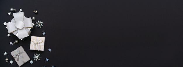 Caixas de presente e flocos de neve em papel escuro fundo preto imagem de conceito de férias de presente de ...