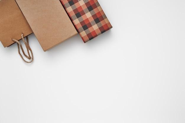 Caixas de presente e sacola de presente em um fundo branco