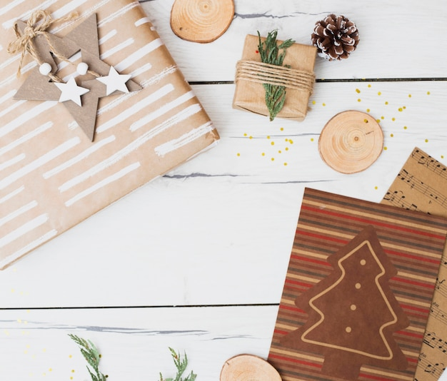 Caixas de presente em envoltórios perto de decorações de natal