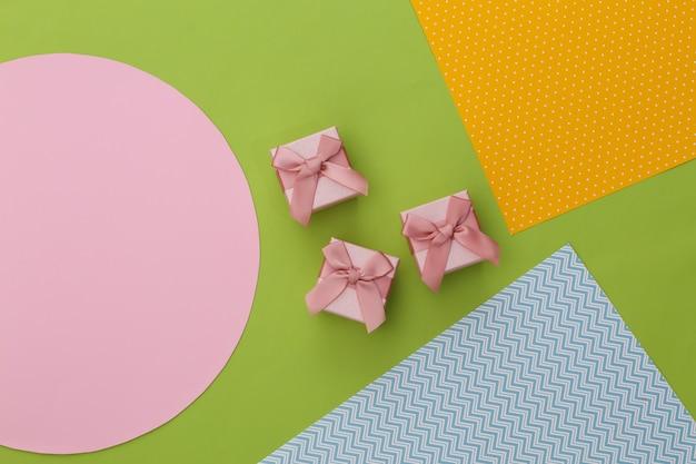 Caixas de presente em fundo de papel colorido criativo. minimalismo