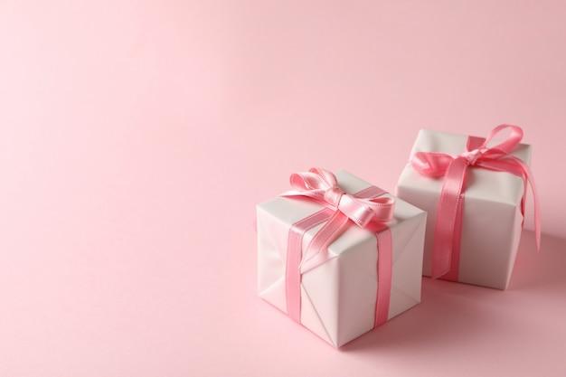 Caixas de presente em fundo rosa, espaço para texto