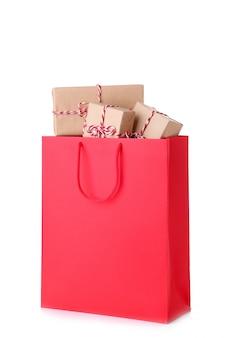 Caixas de presente em saco de papel vermelho isolado Foto Premium