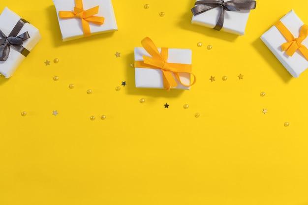 Caixas de presente em um fundo amarelo com um espaço de cópia