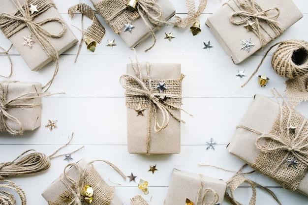 Caixas de presente embrulhadas em papel kraft. para o natal ou novos conceitos de teixo