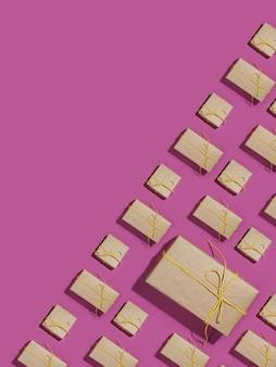 Caixas de presente embrulhadas em papel reciclado amarrado com barbante amarelo