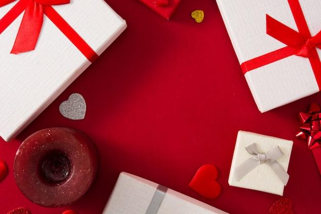 Caixas de presente, envelope de papel vermelho e corações vermelhos