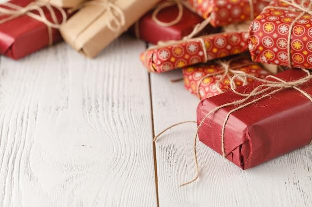 Caixas de presente feitos à mão na superfície de madeira