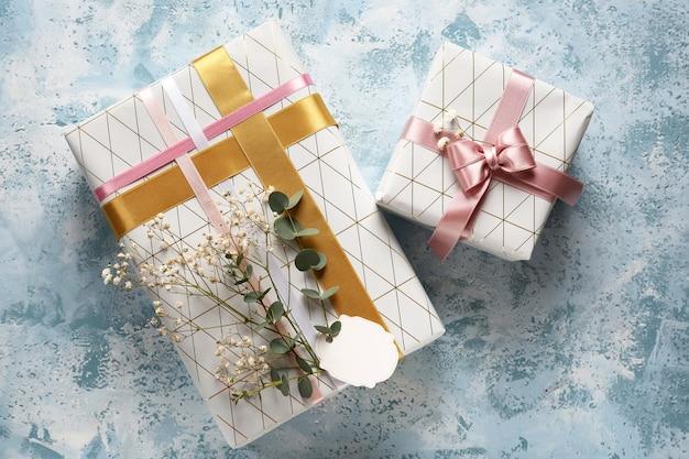 Caixas de presente festivas na mesa, vista de cima