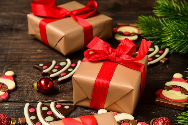 Caixas de presente festivo natal. bombons de chocolate em forma de uma árvore de natal e papai noel.