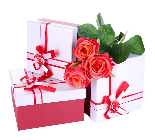 Caixas de presente lindas com flores isoladas em branco