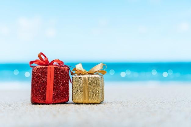 Caixas de presente na praia. passeios quentes ou conceito de férias de férias com mar de verão.